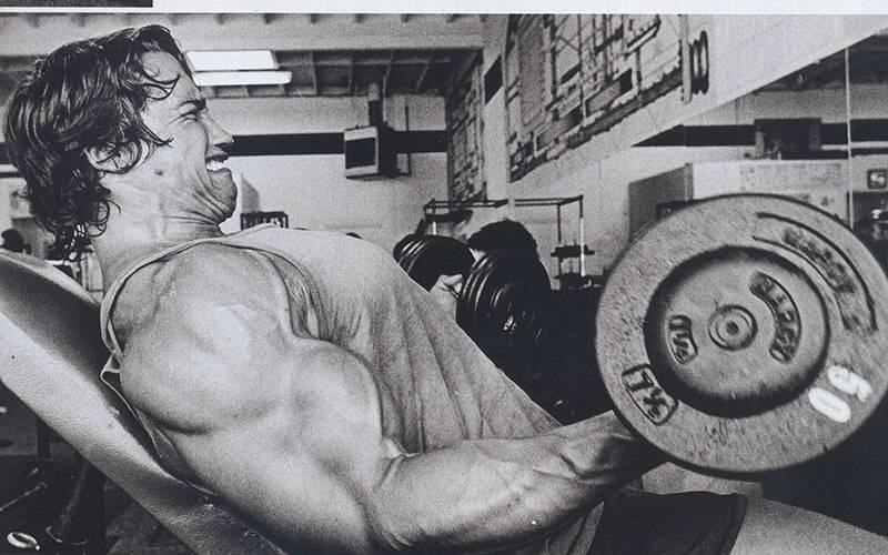 施瓦辛格在健身房使用健身器材训练图3
