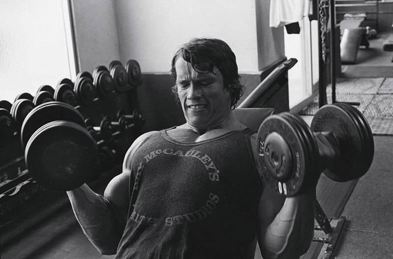 施瓦辛格在健身房使用健身器材训练图6
