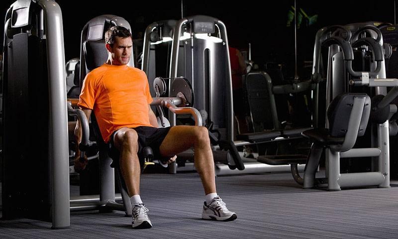 健身房胸大肌锻炼蝴蝶机