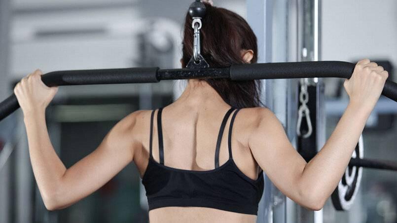 女生健身房健身