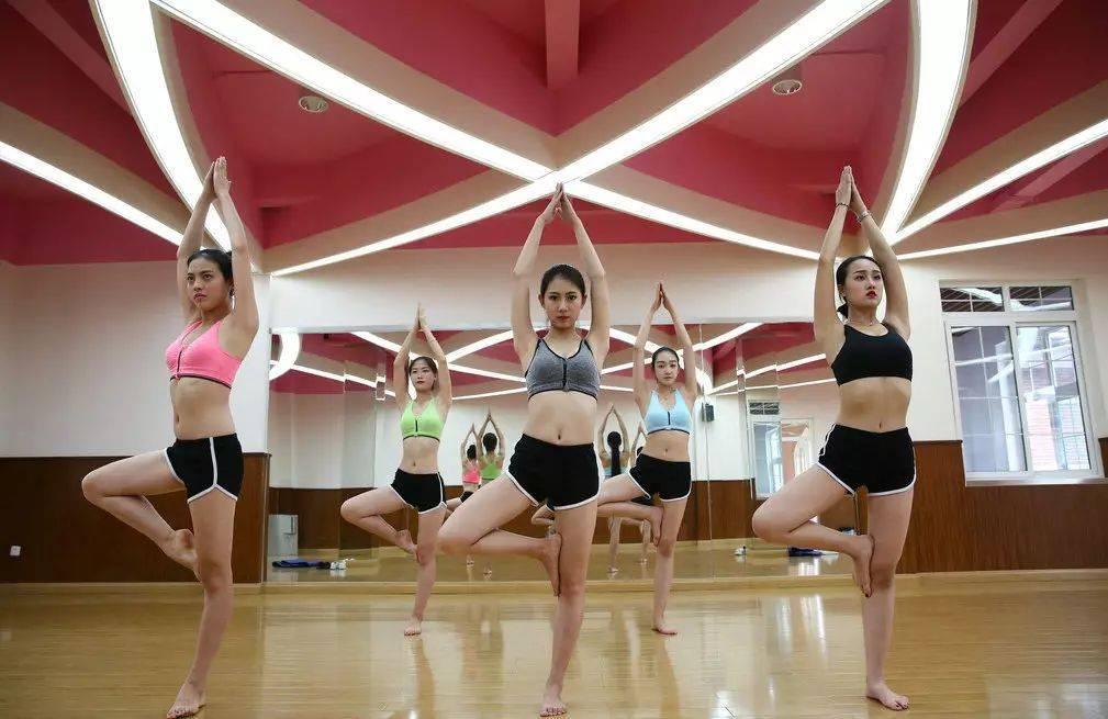 校园美女健身图片