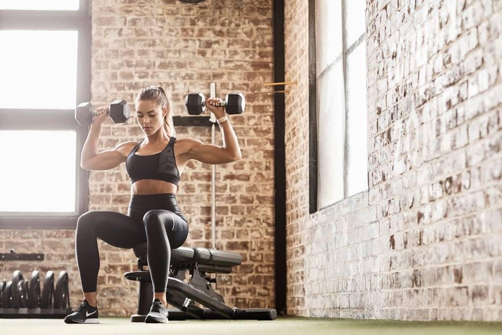 如何选择自由重量和固定器械进行力量训练?