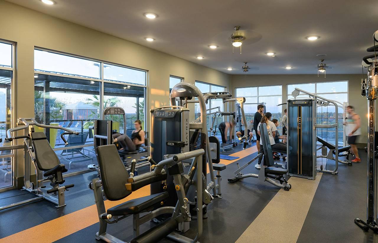 标准健身房都会配置哪些健身设备?